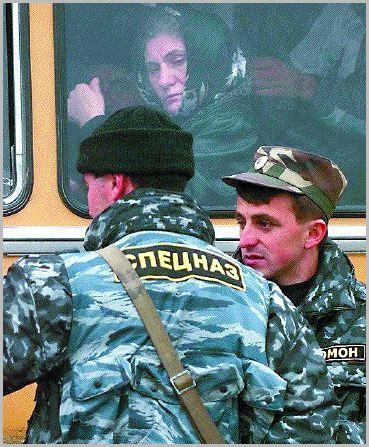 Granica Czeczenii i Inguszetii. Czeczenka patrzy na rosyjskich funkcjonariuszy Specnazu. Fot. PAP/EPA